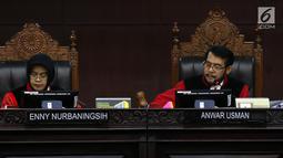 Ketua Majelis Hakim Konstitusi Anwar Usman (kanan) memimpin sidang pendahuluan sengketa hasil Pemilu Legislatif 2019 di gedung MK, Jakarta, Rabu (10/7/2019). Sidang beragendakan pemeriksaan pendahuluan terkait Perselisihan Hasil Pemilu DPR-DPRD Provinsi Sulawesi Barat. (Liputan6/Johan Tallo)