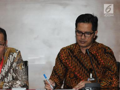 Wakil Pimpinan KPK, Saut Situmorang didampinggi Juru bicara KPK, Febri Diansyah menanggapi putusan Mahkamah Agung (MA) terkait vonis bebas mantan Ketua BPPN Syafruddin Arsyad Tumenggung yang sebelumnya dihukum 15 tahun di Gedung KPK, Jakarta, Selasa (9/7/2019). (merdeka.com/Dwi Narwoko)