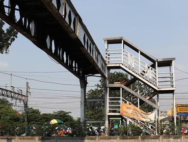 Suasana Jembatan Penyeberangan Orang (JPO) Pasar Minggu yang akan segera diturunkan di Jakarta, Kamis (4/4). Dampak dari proses penurunan JPO yang ambruk beberapa tahun lalu tersebut adalah pengalihan arus lalu lintas di sekitar lokasi. (Liputan6.com/Immanuel Antonius)