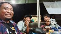 Manajer Persik Beny Kurniawan dan dua Persikmania ketika istirahat di Lampung dalam perjalanan Palembang-Kediri. (Dok. Istimewa)