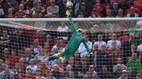 Kiper Manchester United, David de Gea, berusaha menepis bola saat melawan Cardiff pada laga Liga Inggris di Stadion Old Trafford, Manchester, Minggu (12/5). MU kalah 0-2 dari Cardiff. (AFP/Oli Scarff)
