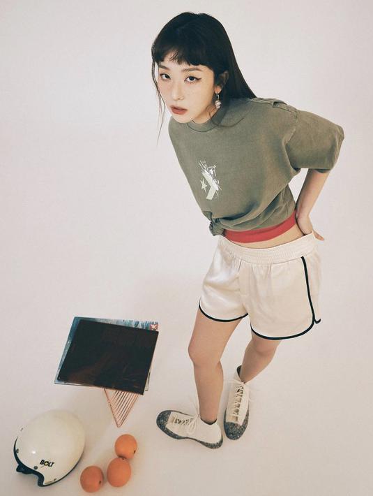 Seulgi Red Velvet tampil sporty mengenakan tshirt oversize warna hijau Army dipadukan dengan short pants, di alas kaki dari Converse.Dok. Instagram @hi_sseulgi