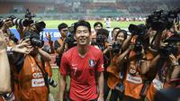 Kapten Timnas Korea Selatan U-23, Son Heung-min, seusai laga final sepak bola Asian Games 2018 kontra Jepang di Stadion Pakansari, Cibinong, Sabtu (1/9/2018). (Bola.com/Dok. INASGOC)