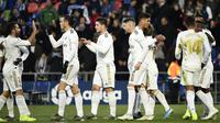 Para pemain Real Madrid merayakan kemenangan atas Getafe pada laga La Liga Spanyol di Stadion Col Alfonso Perez, Getafe, Sabtu (4/1). Getafe kalah 0-3 dari Madrid. (AFP/Oscar Del Pozo)