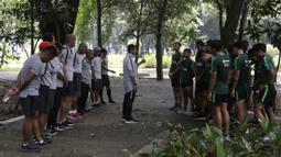 Pelatih Timnas Indonesia U-23, Indra Sjafri, memberikan instruksi kepada pemainnya saat latihan fisik di Bukit Senayan, Jakarta, Rabu (6/3). Latihan ini merupakan persiapan jelang kualifikasi Piala AFC U-23. (Bola.com/Yoppy Renato)