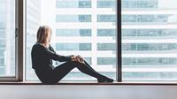 Ilustrasi wanita duduk sendirian, menatap ke luar jendela. Dok: Pixabay