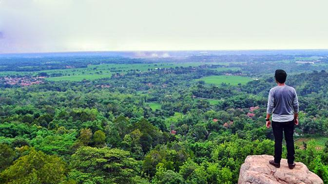 Lokasi Cadas Gantung ini tidak jauh dari destinasi wisata lain di Majalengka.