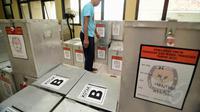 Kotak suara yang sudah siap didistribusikan ke Tempat Pemungutan Suara di wilayah Kelurahan Menteng, Jakarta, Senin (7/7/14). (Liputan6.com/Faizal Fanani)