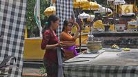 Umat Hindu berdoa di Pura Aditya Jaya di Jakarta, Selasa (24/3/2020). Ibadah hari suci Nyepi Tahun Baru Saka 1942 di Pura Aditya Jaya tidak menyelenggarakan persembahyangan, namun untuk sembahyang dibatasi dalam mencegah penularan Covid-19. (Liputan6.com/Herman Zakharia)