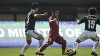 Gelandang Timnas indonesia U-19, Saddil Ramdani, berusaha melewati pemain Kamboja U-19 pada laga persahabatan di Stadion Patriot, Bekasi, Rabu (4/10/2017). Indonesia menang 2-0 atas Kamboja. (Bola.com/Vitalis Yogi Trisna)