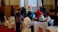 Presiden Jokowi membayar zakat ( Liputan6.com/ Ahmad Romadoni)