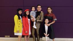 Wanita 38 tahun ini sebelumnya mengadopsi anak angkat yang bernama Nur Amalia Putri. Pada pernikahannya yang pertama ia diakrunia putri cantik bernam, Shafa Al Zahra. Kini Ussy dan Andhika pun memiliki 4 putri yang cantik. (Liputan6.com/IG/andhiiikapratama)