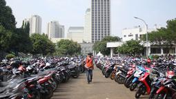 Ribuan motor terparkir saat para pendaftar melakukan registrasi  sebagai pengojek GrabBike di Senayan, Jakarta, Rabu (12/8/2015). Lowongan kerja sebagai pengojek online tersebut merupakan peluang kerja baru bagi masyarakat. (Liputan6.com/Gempur M Surya)