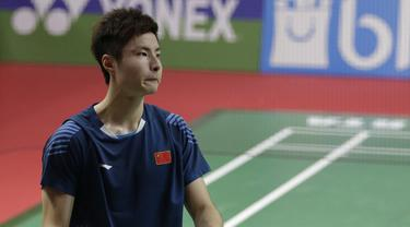 Tunggal putra China, Shi Yuqi, tampak kecewa usai dikalahkan tunggal Indonesia. (Bola.com/M. Iqbal Ichsan)
