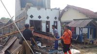 Hujan deras dan angin puting beliung mengakibatkan sejumlah rumah di Kabupaten Bandung Barat mengalami kerusakan. (BPBD KBB)