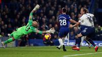 Kiper Chelsea, Willy Caballero menepis tendangan striker Tottenham Hotspur, Harry Kane dalam lanjutan ajang Liga Inggris di Stamford Bridge, Rabu (26/2). Tampil sebagai tuan rumah, Chelsea mengalahkan Tottenham Hotspur dengan skor 2-0. (Glyn KIRK / AFP)