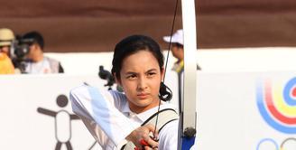 Chelsea Islan saat syuting film '3 Srikandi'di kawasan Buperta, Cibubur, Jakarta Timur, 24/7/2015. Peran yang dimainkan olehnya ialah Lilis Handayani, atlet panahan Indonesia. (Galih W. Satria/Bintang.com)
