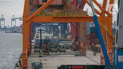 Suasana bongkar muat di Pelabuhan Tanjung Priok, Jakarta, Minggu (11/1/2021). Berdasarkan data yang dirilis Bank Indonesia (BI), neraca perdagangan Indonesia pada Januari-November 2020 mencapai surplus 19,66 miliar dolar AS. (Liputan6.com/Faizal Fanani)