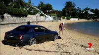 Maserati Quattroporte diparkir di pantai. (Carscoops)