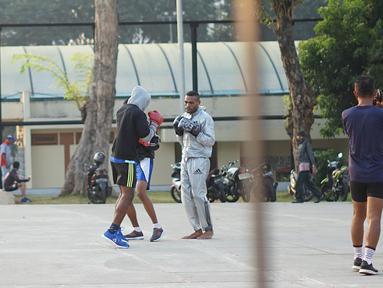 Warga berlatih tinju di Taman Lapangan Banteng, Jakarta, Kamis (20/6/2019). Taman dengan luas 5,2 hektar tersebut menjadi salah satu lokasi favorit warga untuk berolahraga dan juga melepas penat. (Liputan6.com/Immanuel Antonius)