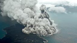 Aktivitas Gunung Anak Krakatau dari udara yang terus mengalami erupsi, Minggu (23/12). Gunung Anak Krakatau tercatat mengalami erupsi pada Sabtu malam sekitar pukul 21.03 (Liputan6.com/Pool/Susi Air)