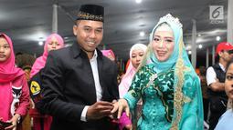 Pasangan nikah massal meluapkan kebahagiaan usai ijab kabul di jalan MH Thamrin, Jakarta, Senin (31/12). 557 pasangan mengikuti nikah massal dan isbat nikah pada malam pergantian tahun 2018-2019. (Liputan6.com/Helmi Fithriansyah)