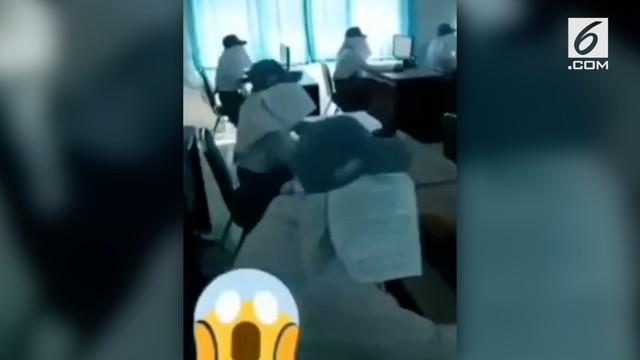 Saat ujian berlangsung, pelajar di SMKN 1 Banyuwangi menggunakan tameng seperti kacamata kuda menggunakan kertas. Tujuannya agar para pelajar tak saling contek.