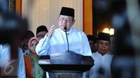 Presiden RI ke-6, Susilo Bambang Yudhoyono (SBY), ditemani sejumlah keluarga dan kerabat, memberikan keterangan pers di kediaman pribadinya di kawasan Kuningan, Jakarta, Selasa (15/2). (Liputan6.com/Angga Yuniar)
