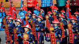 Sejumlah orang berpakaian seperti Prajurit jaman Dinasti Qing saat upacara yang menjadi bagian dari perayaan Tahun Baru Cina di Ditan Park,  Beijing (18/2/2015). Tahun Baru Imlek pada 19 Februari akan menyambut Tahun Domba. (Reuters /Kim Kyung-Hoon)