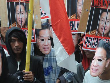 Sejumlah massa bertopeng CEO Lippo Group, James Riady menggelar unjuk rasa di depan Gedung KPK, Jakarta, Rabu (25/10). Massa menuntut KPK segera menyeret James Riyadi terkait kasus dugaan suap perizinan proyek Meikarta. (Merdeka.com/Dwi Narwoko)