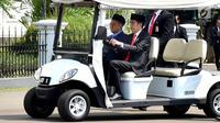 Presiden Joko Widodo atau Jokowi (kanan) mengantar PM Malaysia Mahathir Mohamad untuk salat Jumat bersama di Kompleks Istana Bogor, Jawa Barat, Jumat (29/6). Jokowi mengendarai sendiri mobil golf yang digunakan. (Liputan6.com/Pool/Biro Pers Setpress)