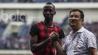 Manajer Persib Bandung, Umuh Muchtar, bersalaman dengan mantan pemainnya, Makan Konate, sebelum laga uji coba melawan Bali United di Stadion GBLA Bandung, Jawa Barat, Sabtu (8/4/2017). (Bola.com/Vitalis Yogi Trisna)