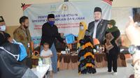 Anggota DPR Hasani Bin Zuber memberikan bantuan kepada Ibu hamil. ia didampingi Agus Wiranto.