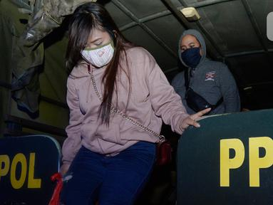 Sejumlah perempuan terjaring dalam operasi yang digelar Satpol PP Tangerang Selatan di Hotel RedDoorz, BSD, Serpong, Jumat (21/08/2020). Satpol PP mengamankan sejumlah pasangan bukan suami istri dalam sebuah operasi di hotel-hotel ketika Pemkot Tangsel memperpanjang PSBB. (merdeka.com/Dwi Narwoko)