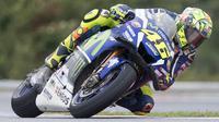Pebalap MotoGP dari tim Yamaha Movistar, Valentino Rossi, tampil pada GP Czech di Brno, Ceska, Minggu (21/8/2016). (AFP/Joe Klamar)