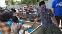 Suasana pembagian sembako oleh Anggota DPR RI Hasani bin Zuber di Kabupaten Bangkalan