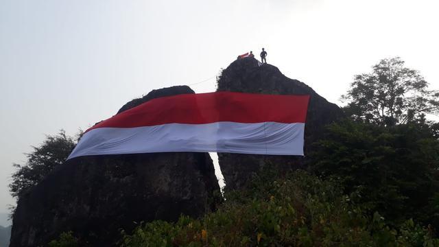 Bendera berukuran besar kembali dikibarkan di Gunung Munara 8f7f63f178