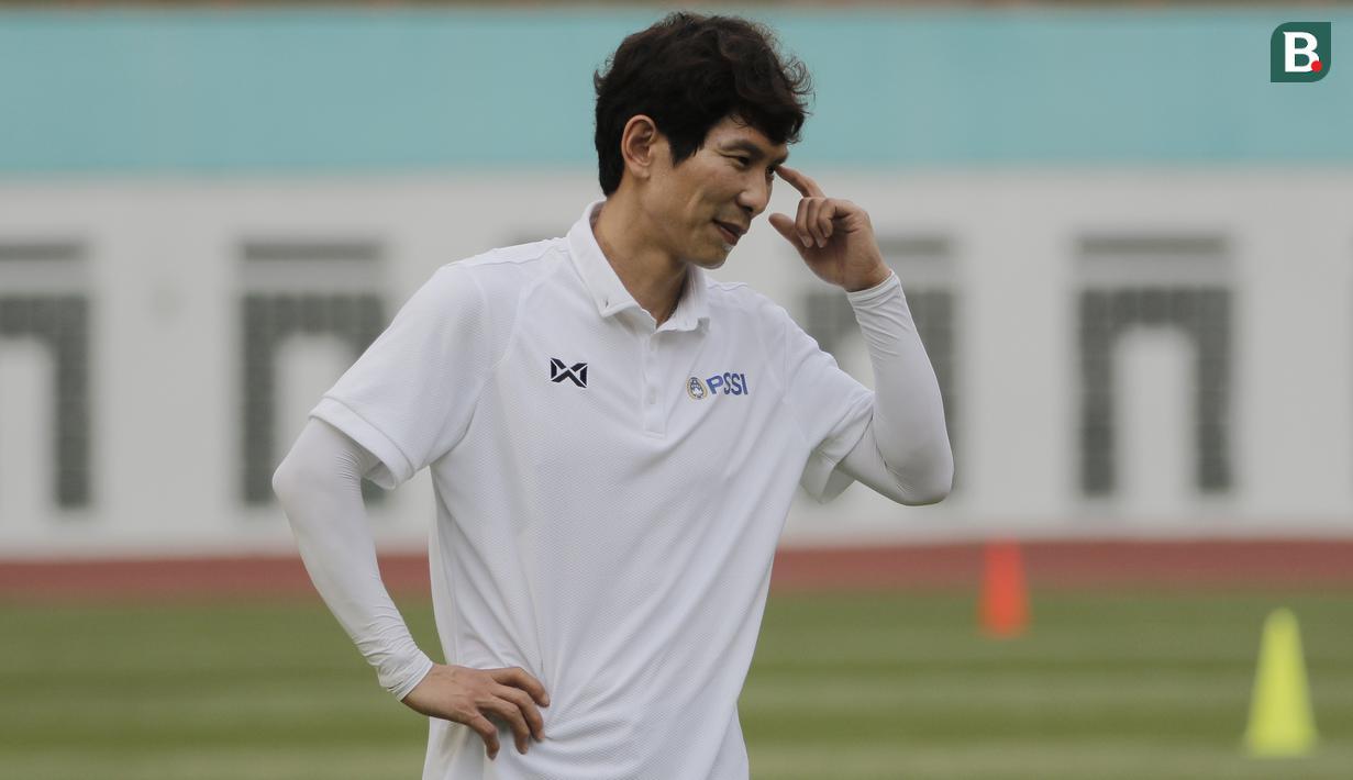 Asisten pelatih Timnas Indonesia, Gong Oh-kyun, saat sesi latihan di Stadion Wibawa Mukti, Cikarang, Senin (13/1/2020). Gong Oh-kyun dinyatakan postif terpapar virus corona. (Bola.com/M Iqbal Ichsan)