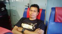 Effendi Djumadi, bercerita perjalanan seru dengan kapal laut dari Biak menuju Serui, Papua. (Bola.com/Robby Firly)