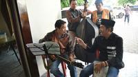 Lebih dari Rp 100 ribu diraup Bupati Dedi seusai ngamen di warung soto di Yogyakarta. (Liputan6.com/Abramena)