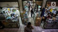 Aktivitas jual beli obat dan alat kesehatan di Pasar Pramuka, Jakarta, Rabu (23/6/2021). Ketua Asosiasi Pedagang Pasar Pramuka, Yoyon mengatakan peningkatan penjualan vitamin di tempat tersebut di tengah pandemi COVID-19 mulai terlihat dari beberapa pekan lalu. (Liputan6.com/Johan Tallo)