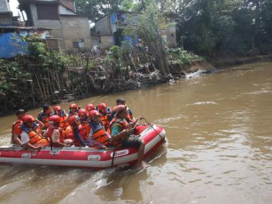Siswa dan siswi SD mengikuti acara Aksi Cinta Lingkungan di Sungai Ciliwung, Jakarta, Rabu (21/12). Kegiatan yang diadakan oleh Palyja bertujuan mengajak siswa agar menjaga kelestarian alam dan ketersediaan air bersih. (Liputan6.com/Immanuel Antonius)