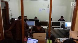 Jurnalis dari berbagai media beraktivitas di Media Center dekat Graha Saba Buana, Solo, Rabu (8/11). Sekitar 650 awak media mendaftar untuk peliputan acara pernikahan putri Presiden Jokowi, Kahiyang Ayu, dengan Bobby Nasution. (Liputan6.com/Angga Yuniar)