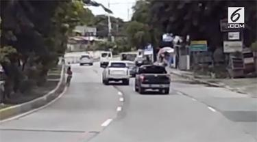 Sebuah mobil berjenis SUV melaju dengan kecepatan tinggi di jalanan Manila, Filipina. Mobil tersebut nyaris menabrak seorang bocah yang bersepeda.