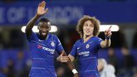Pemain Chelsea, Antonio Rudiger dan David Luiz merayakan kemenagan atas  Bournemouth pada laga Piala Liga Inggris di Stadion Stamford Bridge, Kamis (20/12). Chelsea menang 1-0 atas Bournemouth. (AP/Alastair Grant)