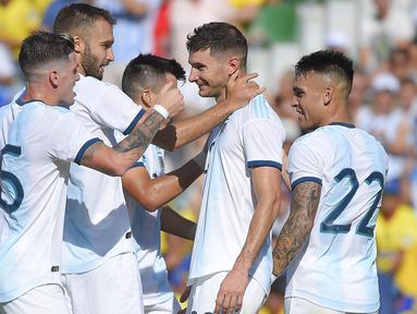 Para pemain Argentina merayakan gol yang dicetak Lucas Alario ke gawang Ekuador pada laga persahabatan di Stadion Martinez Valero, Elche, Minggu (13/10). Ekuador kalah 1-6 dari Argentina. (AFP/Jose Jordan)