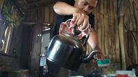 Proses penyeduhan kopi dengan cara tradisional di warung Kopi Manis Cirebon. Foto (Liputan6.com / Panji Prayitno)