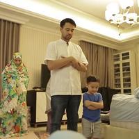 Raffi Ahmad dan Nagita Slavina salat berjamaah [foto: youtube]