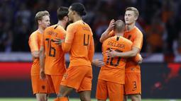 Pemain Belanda, Wesley Sneijder, memeluk rekan nya usai menjalani laga terakhir bersama timnas Belanda di Stadion Johan Cruijff, Amsterdam, Kamis (6/9/2018). Sneijder telah mencatatkan 134 penampilan dan menyumbang 31 gol. (AP/Peter Dejong)