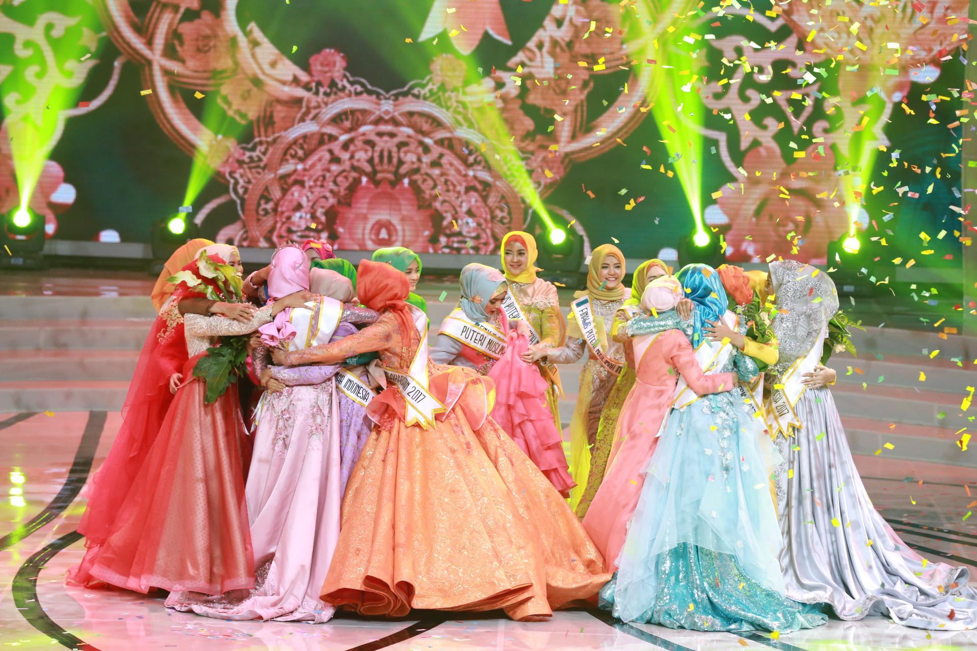 Suasana panggung final berubah diwarnai haru biru bahagia ketika nama Syifa Fatimah dinobatkan sebagai penemang. Syifa pun mendapat sambutan luar biasa dari para finalis lainnya yang langsung memeluknya saat itu. (Adrian Putra/Bintang.com)